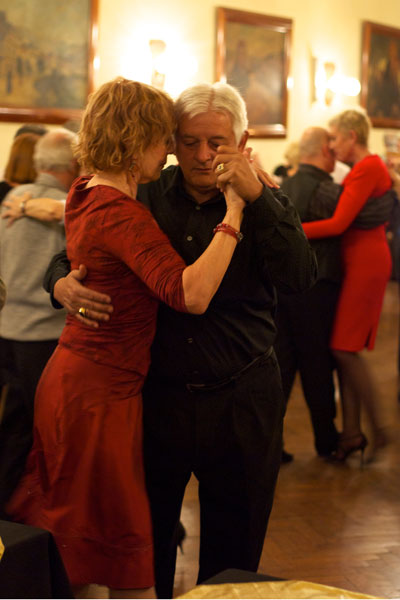 Cherie-Magnus-and-Ruben-Aybar-dance-at-Nuevo-Chique-Milonga-in-Casa-Galicia-by-Beatrice-Murch-web1
